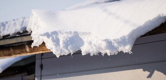 屋根から落ちそうな雪