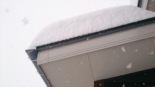 玄関屋根の雪